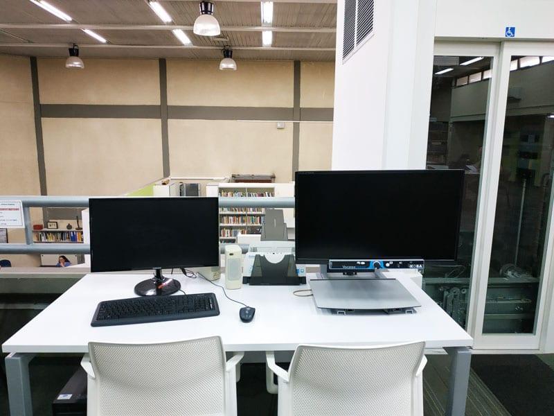 עמדת נגישות במפלס העליון מכשיר הגדלת קריאה סורק ומחשב